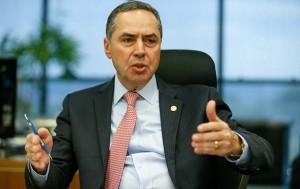 """BRASÍLIA, DF - 09.11.2016:  BARROSO-ENTREVISTA - O ministro Luís Roberto Barroso, do STF (Supremo Tribunal Federal), é um defensor da Operação Lava Jato e afirma que, para """"mudar um paradigma pervertido de absoluta impunidade"""" no Brasil, não é possível fazer """"mais do mesmo"""". Ele também defende o fim do foro privilegiado para autoridades e diz que é preciso """"estar atento"""" para que não prevaleça uma """"operação abafa"""" no país. (Foto: Pedro Ladeira/Folhapress)"""