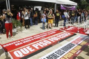 FORTALEZA, CE, BRASIL, 24-04-2018: Professores municipais em greve realizaram uma manifestação na Câmara Municipal de Fortaleza. (Foto: Evilázio Bezerra/O POVO)